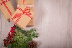 Natale regalo ed ornamenti con il pino ed il cono sopra un legno Immagine Stock Libera da Diritti