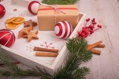 Natale regalo ed ornamenti con il pino sopra un backgrou di legno Immagini Stock Libere da Diritti