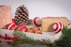Natale regalo ed ornamenti con il pino sopra un backgrou di legno Immagini Stock