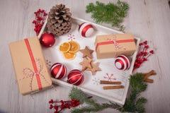 Natale regalo ed ornamenti con il pino sopra un backgrou di legno Fotografie Stock