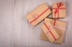 Natale regalo ed ornamenti sopra un fondo di legno Fotografia Stock Libera da Diritti