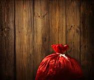Natale Santa Claus Red Bag Full, legno di natale, parete di legno della plancia immagini stock libere da diritti