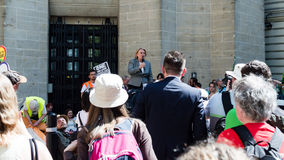 Natalie Bennett Green qu'un chef de partie parle aux protestataires dedans image stock