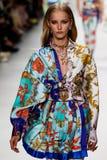Natalie Ludwig loopt de baan in Versace toont tijdens Milan Fashion Week Spring /Summer 2018 royalty-vrije stock afbeeldingen