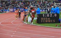 Nataliya Lupu och Chanelle Price på de 800 meterna springer Arkivfoton