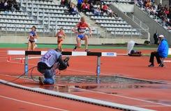Natalya Aristarkhova de Rusia COMPITE en los 3000 metros de la aguja en los juegos al aire libre internacionales de DecaNation foto de archivo