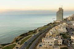 Natanya在日落的海滩线 免版税库存照片