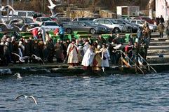 Natação de Peopls na água gelado o Mar Negro durante o esmagamento (batismo santamente) na tradição ortodoxo Imagens de Stock Royalty Free