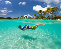 Natação do rapaz pequeno no oceano Imagens de Stock Royalty Free