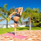 Natarajasana di yoga di addestramento della donna Fotografia Stock Libera da Diritti