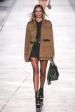 Natasha Poly anda a pista de decolagem durante o desfile de moda de Versace imagens de stock