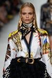 Natasha Poly camina la pista en la demostración de Versace durante Milan Fashion Week Spring /Summer 2018 fotografía de archivo libre de regalías
