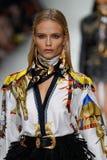 Natasha Poly camina la pista en la demostración de Versace durante Milan Fashion Week Spring /Summer 2018 imagenes de archivo