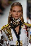 Natasha Poly camina la pista en la demostración de Versace durante Milan Fashion Week Spring /Summer 2018 fotos de archivo libres de regalías
