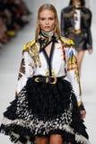 Natasha Poly camina la pista en la demostración de Versace durante Milan Fashion Week Spring /Summer 2018 fotografía de archivo
