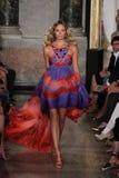 Natasha Poly modelo anda a pista de decolagem na mostra de Emilio Pucci como uma parte de Milan Fashion Week fotografia de stock royalty free