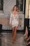 Natasha Poly modelo anda a pista de decolagem na mostra de Emilio Pucci como uma parte de Milan Fashion Week foto de stock