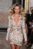 Natasha Poly modelo anda a pista de decolagem na mostra de Emilio Pucci como uma parte de Milan Fashion Week Imagem de Stock