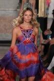 Natasha Poly modelo anda a pista de decolagem na mostra de Emilio Pucci como uma parte de Milan Fashion Week imagem de stock royalty free