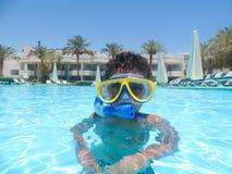 Natation à la piscine Image stock