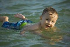 Natation à la plage ! Photos libres de droits