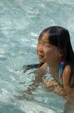 Natation asiatique de fille dans le regroupement Photo stock
