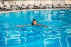 Natation belle d'homme dans la piscine Photographie stock libre de droits