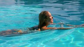 Natation blonde sexy à travers la piscine banque de vidéos