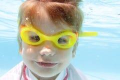 Natation d'enfant dans la piscine sous-marine Photographie stock