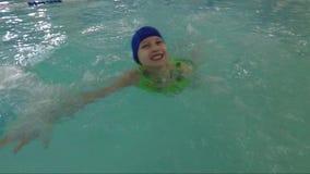 Natation dans la piscine d'intérieur banque de vidéos