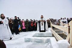 Natation dans le glace-trou sur l'épiphanie Images stock