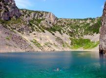 Natation dans le lac bleu en Croatie Photo stock