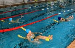 Natation de bien-être de formation commune chez la natation publique du groupe des femmes Photos libres de droits