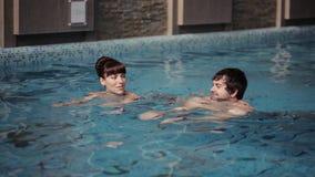 Natation de couples dans la piscine banque de vidéos