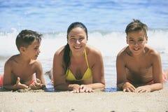 Natation de famille sur la plage photo stock