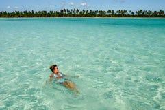 Natation de femme à la plage de l'île de Saona photos stock