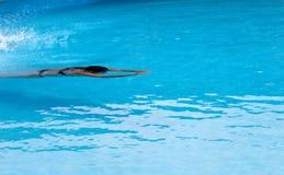 Natation de femme dans la piscine de bain d'air ouvert Photo libre de droits