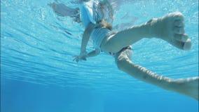 Natation de fille dans la piscine banque de vidéos