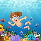 Natation de garçon de bande dessinée en mer avec des poissons illustration stock