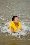 Natation de garçon en mer Photographie stock