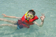 Natation de garçon en mer Photo libre de droits