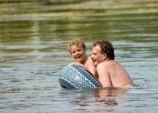 natation de gosse de père Image stock