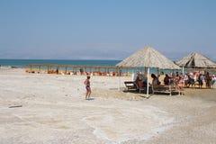 Natation de mer morte en Israël Image stock