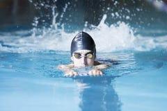 Natation de nageur avec un conseil de bain images libres de droits