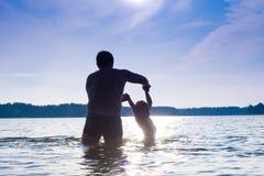 Natation de père et de descendant Photographie stock