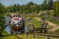 Natation de petit bateau sur la terre Images libres de droits
