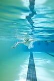Natation de petit garçon sous-marine Image libre de droits