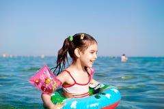 Natation de petite fille dans la balise de mer Image libre de droits