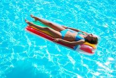 natation de regroupement de fille Photos stock
