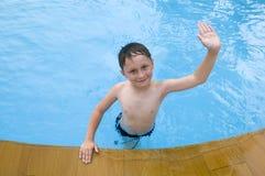 natation de regroupement de garçon Image libre de droits